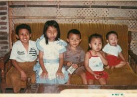 Aku dan keempat adikku, di tahun 1985
