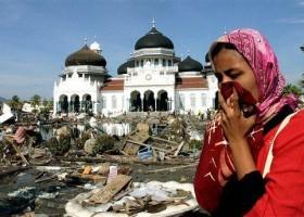 Seorang-Perempuan-Menangis-disamping-Masjid-Agung-Aceh